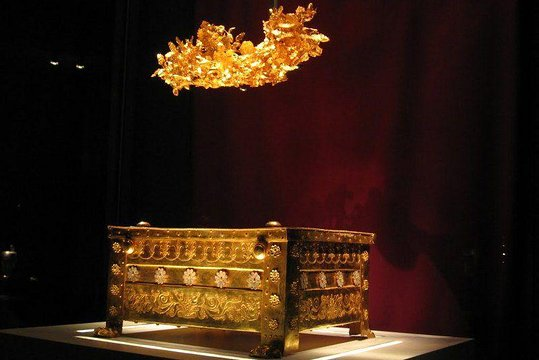 Philip-the-II-of-Macedon-s-golden-coffin-Vergina-Greece